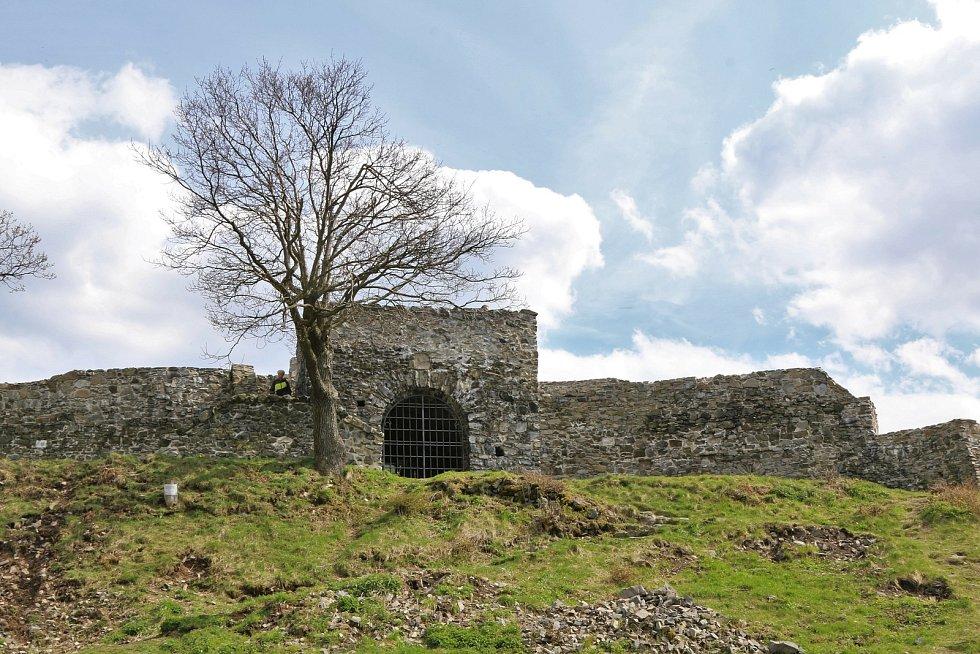Dnešní teplé a slunné počasí bylo jako dělané na procházku či výlet. Jedním takovým místem, které stojí za navštívení je zřícenina hradu Blansko na Ústecku.