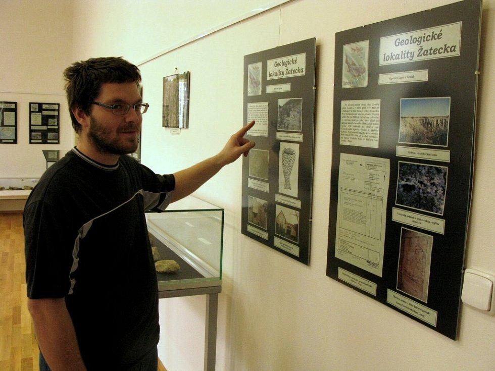 Informace o geologických lokalitách Žatecka výstavu doplňují. Na snímku její spoluautor Miroslav Černý z Regionálního muzea K. A. Polánka v Žatci.