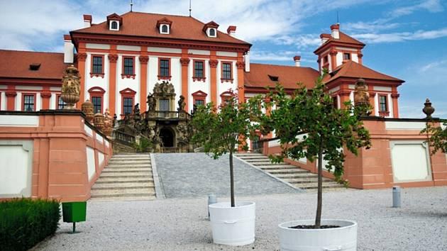 V Trojském zámku si přijdou na své obdivovatelé umění Josefa Václava Myslbeka a dalších vynikajících českých sochařů. K vidění je zde současně také české a benátské sklo 16. až 19. století.