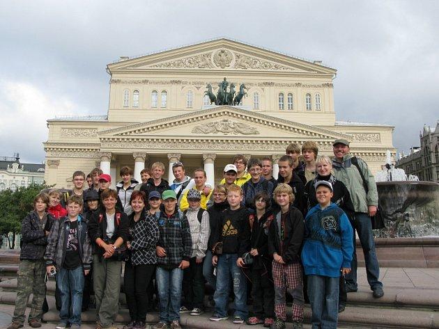"""Sbor Páni kluci před """"Bolšom těatrom"""" v září 2011 v Moskvě."""