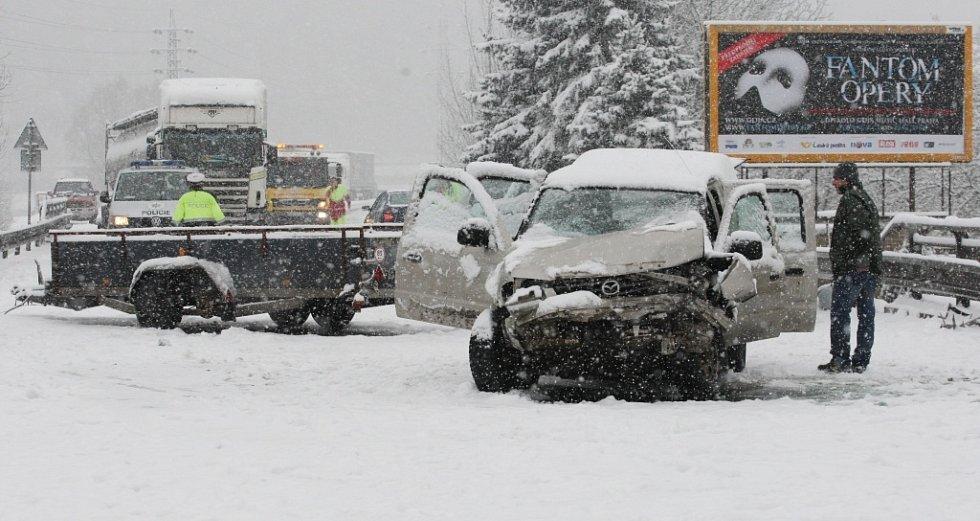 Vážná dopravní nehoda v Povrlech uzavřela hlavní tah z Ústí nad Labem na Děčín.
