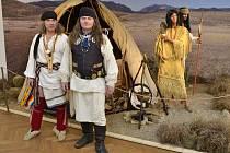 V modré vestě Apač Ulzi. Život rudochů sleduje už dvacet let.