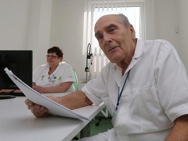 Primář Nemocnice následné péče Ryjice Jaroslav Müllner v ordinaci na Stříbrníkách.