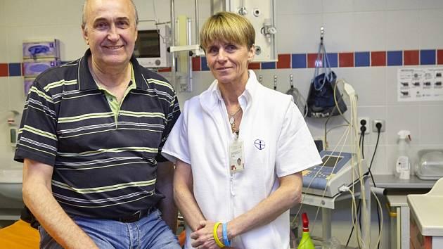 ÚSPĚŠNĚ VYLÉČENÝ PACIENT po mozkové mrtvici s primářkou Emergency Janou Bednářovou v Komplexním cerebrovaskulárním centru Masarykovy nemocnice v Ústí.