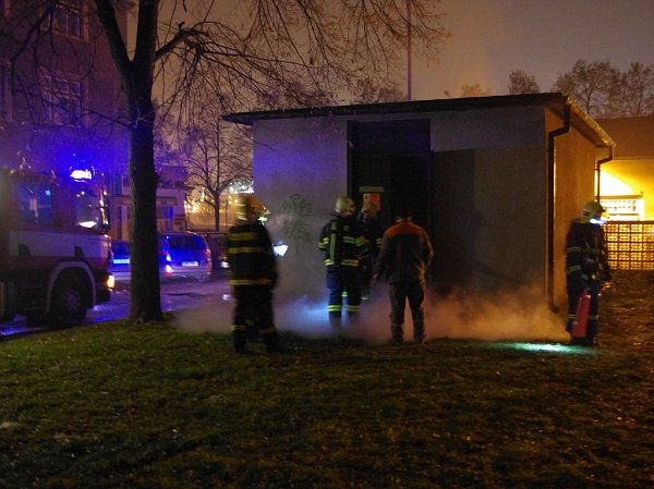 Za výbuchem a požárem trafostanice je pravděpodobně vysrážená vlhkost snásledným zkratem na elektrickém vedení. Na místě zasahovali hasiči a městská policie.