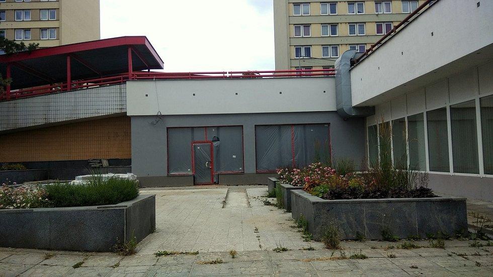 Na místě, kde se přes třicet let nacházela mozaika Severních Čech od Petra Menše, se dnes buduje kavárna.