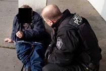 Strážníci přivolali podchlazenému bezdomovci zdravotní pomoc.