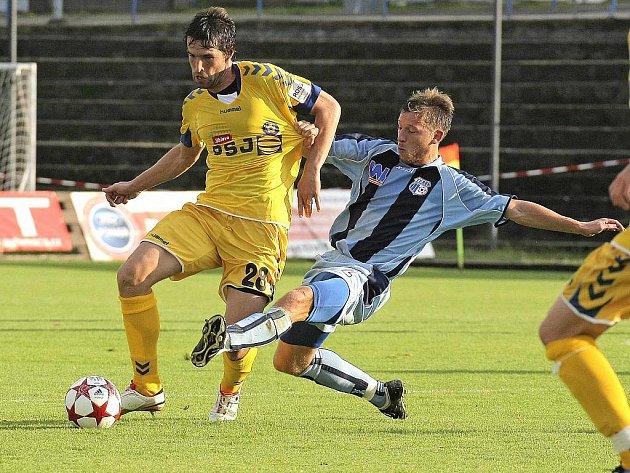 Ústečtí fotbalisté (modré dresy) zvítězili na hřišti Jihlavy vysoko 5:2.