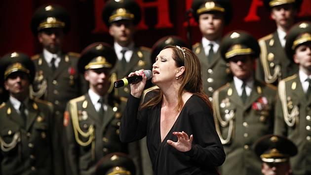 BASIKOVÁ s Alexandrovci na zahajovacím koncertě turné v pražské Tipsport Areně.