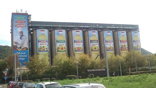 Některým Ústečanům vadí obří reklama na silech bývalé Setuzy, kterou sem umístila společnost Usti Oils. Reklamou nic neporušuje, kritici ji označují za zásah do veřejného prostoru.