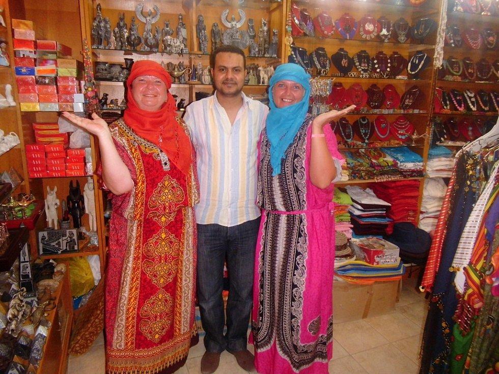 Lenka Havránková a Božena Černá z Mostu s kamarádem Oscarem v obchůdku v Pensee Azur, Egypt. Foto zaslala dcera paní Lenky, Adéla.