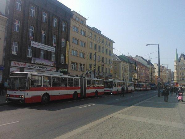 Dopravní chaos na Mírovém náměstí.