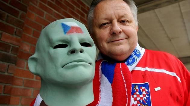 Hokejový Fantomas Vasil Simkovič.