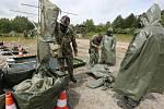 Nácvik dekontaminace techniky a lidí po nehodě, při níž unikly toxické látky. To je námět cvičení vojáků z libereckého 311. pluku radiační, chemické a biologické ochrany.