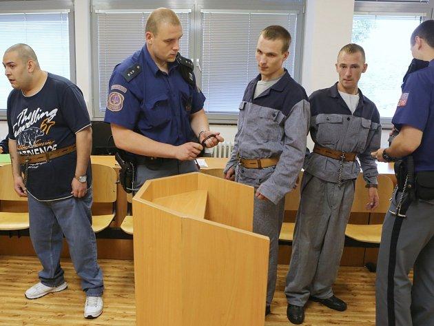 Tři mladí muži stojí před soudem za přepadení tří čerpacích stanic na Ústecku a jedné na Teplicku.