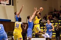 Ústečtí basketbalisté (ve žlutém) přemohli silný Prostějov.