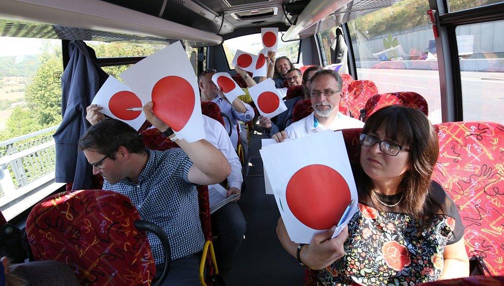 Politici hlasují v rychlém kvízu při cestě z Ústí do Mostu
