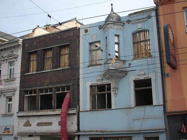 Domy na Mírovém náměstí před demolicí čelních stěn