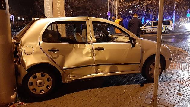 Okolo páté hodiny večer došlo ke srážce autobusu s osobním autem v ulici Masarykova.