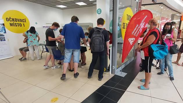 Otevření očkovacího centra proti covidu-19 v ústeckém obchodním centru Forum.