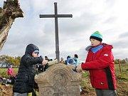 Děti z Petrovické základní školy pomohly mistrovi kovářskému vztyčit nový kříž na pastvinách nad obcí.