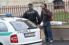 Policista kontroluje sběrače kovů