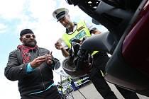 Policisté si posvítili na motorkáře. Dopravně preventivní akce proběhla ve středu odpoledne v Adolfově na Ústecku. Kontroly dokladů, technického stavu motocyklu a test na alkohol, tak vypadala kontrola každého motorkáře.