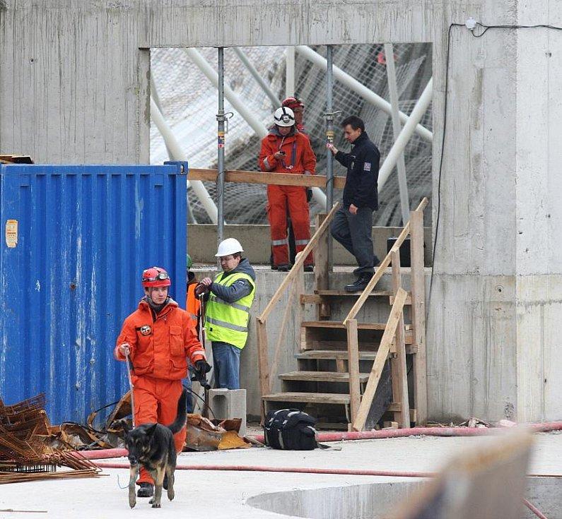 Na stavbě aquacentra se zřitila střecha, tři dělníci jsou zranění.