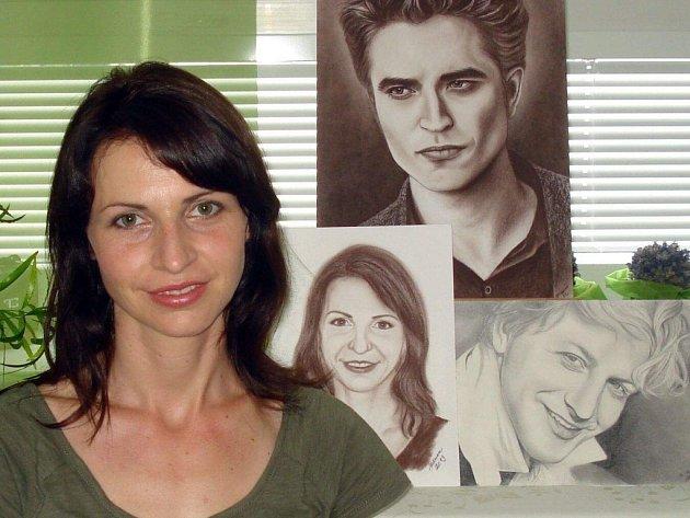 Lektorka kurzu Markéta Menčíková, v pozadí její kresby.