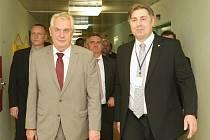 Prezident Miloš Zeman s předsedou představenstva Krajské zdravotní Radkem Scherferem (vpravo).