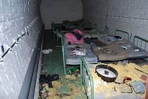 ZNIČENÝ KRYT zůstal po řádění vandalů v areálu hasičského záchranného sboru v Důlcích.
