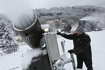 Provozovatelé lyžařského střediska Zadní Telnice už několik dní intenzivně zasněžují.