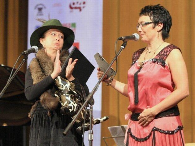 Ester Kočičková a ředitelka festivalu Jana Víchová (vpravo).