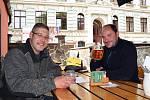 Na snímku hosté v Pivovarské šenkovně ve Velké Hradební, kteří si na točené pivo přišli po práci.