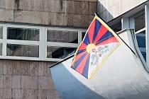 Tibetská vlajka na budově Krajského úřadu Ústeckého kraje
