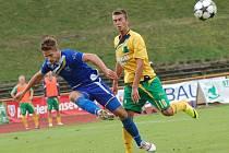 Ústečtí fotbalisté (modří) zvítězili v Sokolově 2:0.