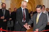 Pásku přestřihává zleva Jan Bouzek a velvyslanec Řecké republiky v ČR Constantinos Kokossis.