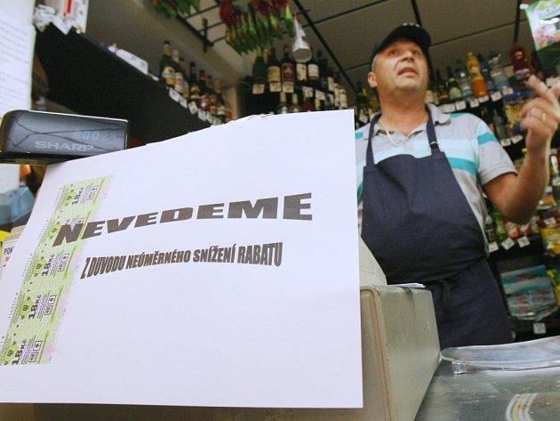 Majitel střekovské večerky Delfino Jiří Arnoutovský na pokladně vyvěsil oznámení, že nebude prodávat jízdenky na MHD. Vadí mu náhlé snížení rabatu za jejich prodej.