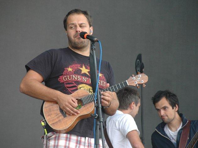 Onřej Ládek & band bavil v létě také Open Air Festival na letišti v Panenském Týnci. Z novinek byl nej song Casio.