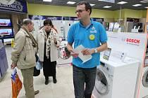 Lidé se obávají zdražení, proto začali nakupovat, především elektroniku. Snímek z obchodu v OC Forum v Ústí n. L.