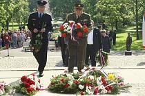 Veteráni přišli vzdát poctu padlým ve druhé světové válce společně se zástupci Československé obce legionářské, české armády, Krajského vojenského velitelství, Ústeckého kraje i magistrátu.