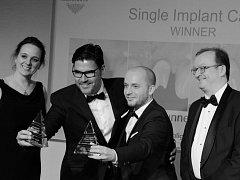 PETR MYŠIČKA oceněný v britské soutěži Aesthetic Dentistry Awards 2015 (druhý zprava).