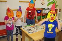 JARNÍ PRÁZDNINY V DDM tráví děti na příměstském táboře. V pondělí vyráběly masopustní masky.