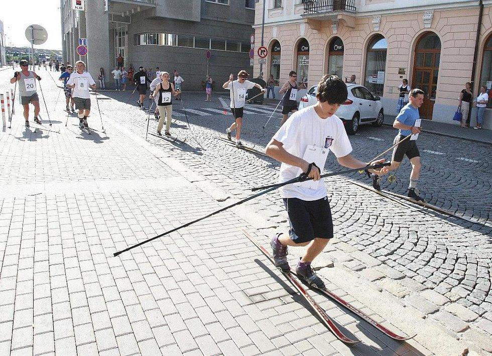 Třiatřicet závodníků se vydalo na běžkových lyžích na trať dlouhou tisíc osm set metrů.