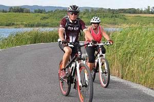 Cyklisté u jezera Milada.