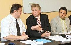 Člen představenstva Krajské zdravotní a náměstek hejtmana Petr Fiala (na snímku zleva), předseda představenstva René Budjač a ředitel Eduard Reichelt hovoří o pronájmu laboratoří v pěti nemocnicích.
