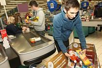 Lidé darovali potraviny.