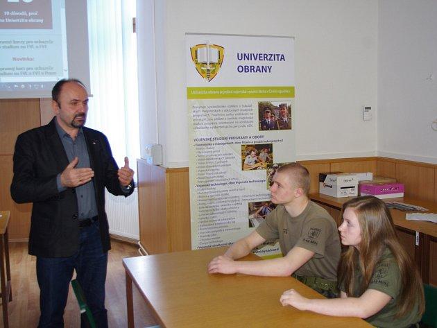 UNIVERZITA OBRANY uspořádala na krajském vojenském velitelství v Ústí nad Labem prezentaci pro zájemce o studium na vojenské vysoké škole.