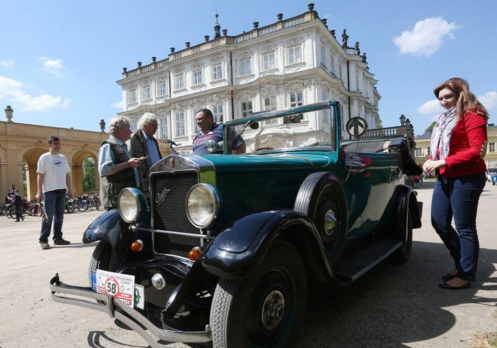 Veterány na zámku Ploskovice.