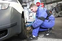 Zima se nezadržitelně blíží. Automechanici zaznamenávají v pneuservisech první nápory řidičů, kteří spěchají s přezutím pneumatik na zimní.